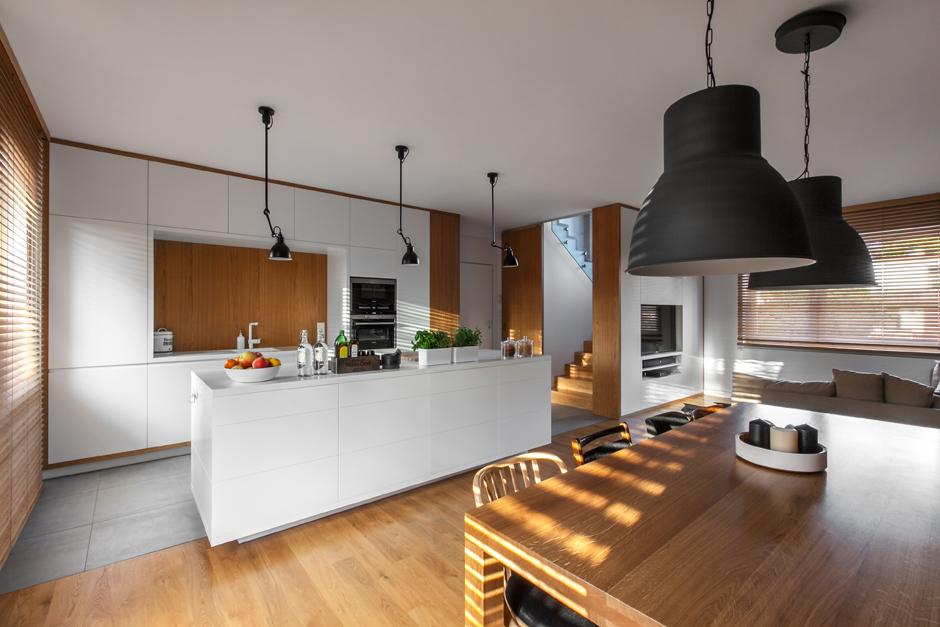 Przestrzenny salon połączony z aneksem kuchennym
