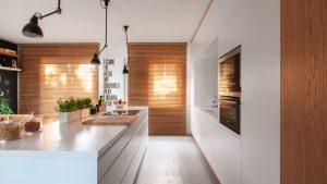 Pokój kuchenny w drewnie i białym połysku