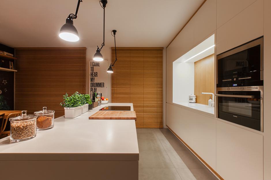 Duża przestronna kuchnia w kolorze białym